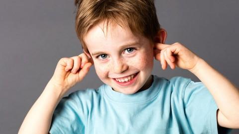 Bambino ha problemi di udito